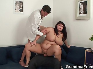 Chubby mommy is writing dicked after photosession